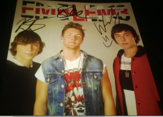 it's a terrible photo BUT IT IS SIGNED ASDFGHJKL;'